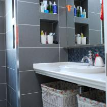 让工人挖的壁龛,放放东西很实惠,淋浴房里面也用了壁龛