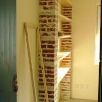 红砖和木板搭的书架,阳光灿烂的说,旁边的木架是镜框的雏形