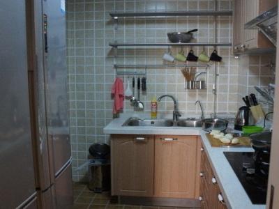 超大的冰箱,我很喜欢啊。厨房墙上的置物架也能收纳好多的东西。