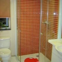 卫生间,全景,马桶,洗脸台和淋浴房,里面是透明的红色马赛克,我挺喜欢的.照模糊了,将就看吧,呵呵