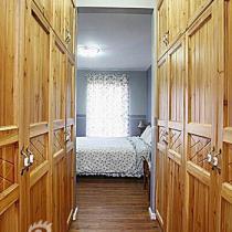 衣帽间。风水上讲,床不能与洗手间的门正冲,偶计划征得LP的同意,在衣帽间与卧室之间的门洞处安装一帘子