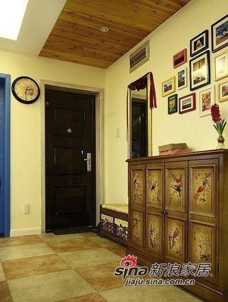 玄关处,复古印花鞋柜。
