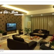 沙发是咖啡色的,可能在灯光的影响下有了色差。