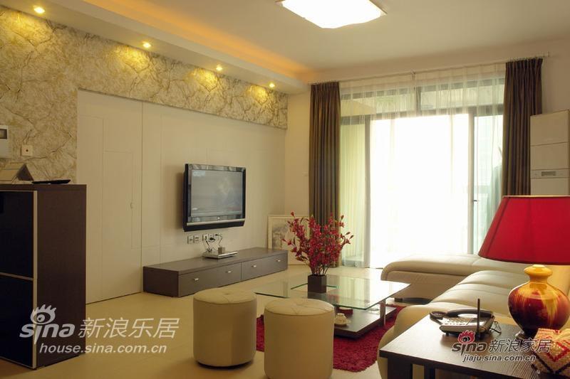 客厅,米色的低姿转角沙发,红色的台灯、红色的插花调亮了淡雅的色彩