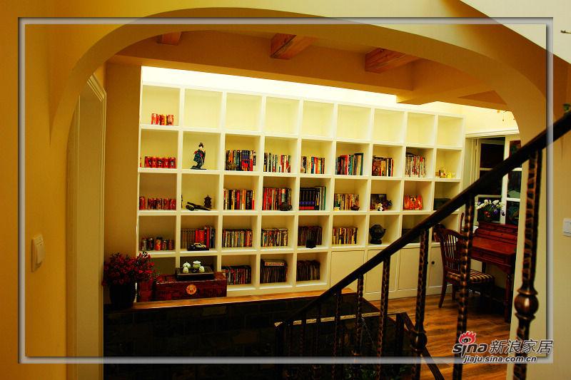 上来二楼就是一个活动区了.书柜真的很能装啊!