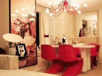 可自由弯曲的吊灯,大红色现代时尚质感的餐椅,这是国外最受欢迎的款式。