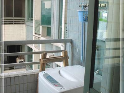 我们的生活阳台,洗手机旁边是装修时师傅自己搭的木梯,搬进来以后,还经常用到,呵,所以还不有丢,等买了新的梯就把这个换掉了