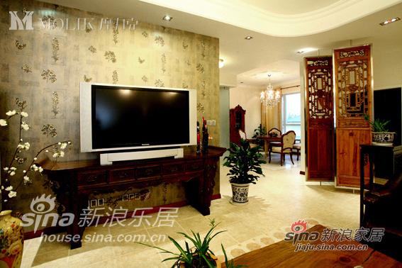 中式客厅一侧设置了屏风,与西式餐厅间隔开来,同时巧妙地将两种风格融合起来