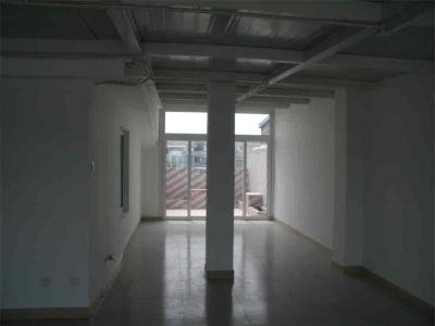 原来有一个大露台,我家给搭成阳光房了。中间的柱子是把原来的通气道拔高了弄的,阳光房外还有一点小小的露台,是我的花儿的家)