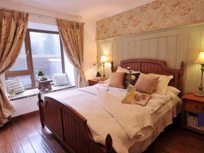 主卧室!! 壁纸的做旧和装饰木墙板的做旧非常搭配