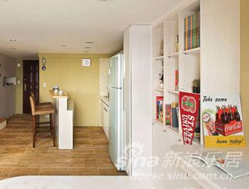 木纹地砖的铺设与高脚吧台桌的设计,为小坪数创造最多功能的空间机能,且极具质感