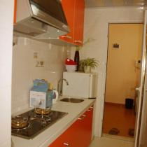 我家的厨房我是采用的橘黄色,这个颜色很容易让人想起KFC,比较有食欲的,同时也在家里算颜色的跳跃