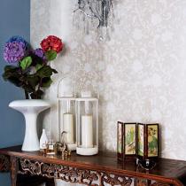 玄关处的中式雕花条案散发出沉稳气质,随手摆放的小饰物,透露出浓浓的生活气息