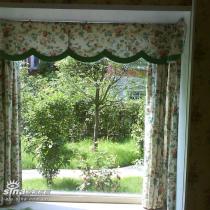 透过餐厅的落地窗看后花园