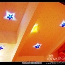 卧室的顶,我用了和女儿房间一样的壁纸.晚上一关掉灯...我和LG仿佛回到了恋爱的那些日子,呵呵真是浪漫的要死...