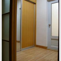 忠于房子原来的设计,主卫门前是衣帽间,两边各做了入墙衣柜(卧室里唯一的木工)。想象一下:以后摆张柔软、温暖的地毯,mm在上面换衣裳......