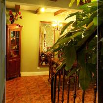 在楼梯上看餐厅