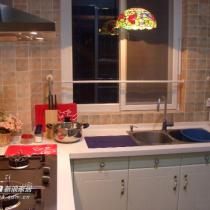 灯光下的小厨房