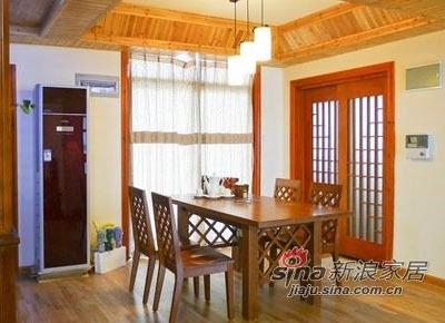 餐厅。榆木的餐桌呼应了主题,而门窗跳跃的红色可以让来客感受到主人呼之欲出的热情。