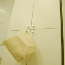 右手边的小柜子,当时不知道挂了一个什么在上面,现在已经拿走了