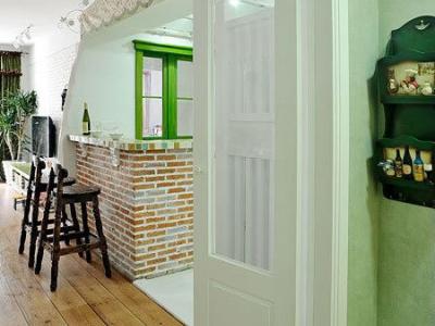 为了夏天空调不浪费,玄关和餐厅做了个小双门,这地方是原建筑的入户门