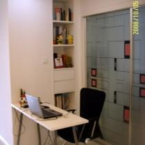 客厅开辟出的办公区,书桌是败笔,应做成巴台做书桌更好
