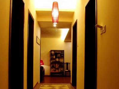 从走廊上看客厅。。仿古砖深浅不一地搭配,凸凹不平,行走很有质感