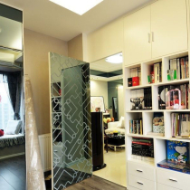 隐形门后的书房,先做好门,再贴玻璃,不会突出哦。