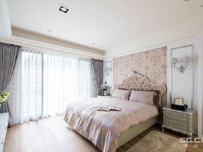 卧室设计: 柔美浪漫的主卧空间,在床头主墙的设计上,以对应的线板及壁灯,来强调新古典的对称美感