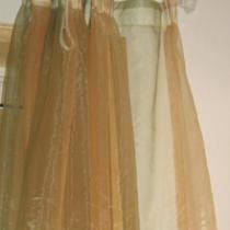 当初买窗帘时考虑到客厅面积不大,如果再做成双层的未免显的过于厚重,所以买了黄绿色的转色轻纱,配上白色水晶头的罗马杆,显得即轻盈又漂亮。窗户贴了玻璃纸,即不影响采光,还保证了客厅的私密性。