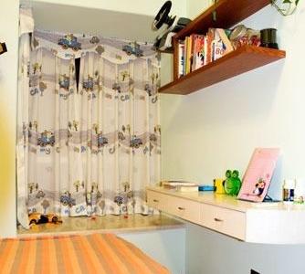 孩子房比较小,但收纳空间还是很够的,床下都是可以适用的抽屉,还有一个小飘窗。