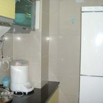 厨房太小,储藏空间不够,只好将消毒柜挂墙上了,冰箱是后买的,否则可以把橱柜再延伸到冰箱边,这样好看些。