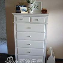 客厅的小斗柜,本来放在卧室,结果发现客厅更需要它(太多随时取用杂物要放),在买新的厅柜之前,就让它在这里,旁边是书报架,很漂亮,忘了给它一个特写
