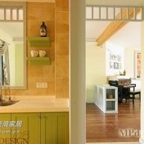 厨房干净整洁,挂物架、搁板、橱柜抽屉收纳,一个都不少,看得出主人是个很会利用厨房空间的人