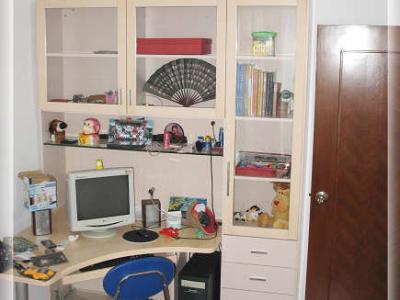 小房间的电脑台加书柜,尺寸刚刚好,再大一点就放不下了,呵呵~里面乱乱的,还没有怎么收拾,现在天气太热了,有空再慢慢收拾吧