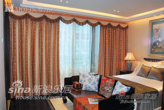 洁白的床单配以咖啡色靠枕,中式的实木卧椅高贵典雅