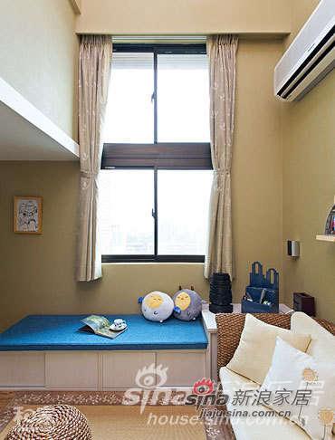 以藤制沙发搭配延伸于藤编沙发的蓝、白长条休闲收纳柜座椅,打造一处能够呼吸、彻底转换情绪的自在开阔空间