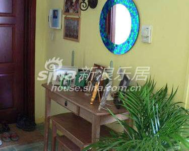 鞋柜对面是宜家的组合柜,下面的凳子可以用来穿鞋,抽屉里放钥匙之类的东西。