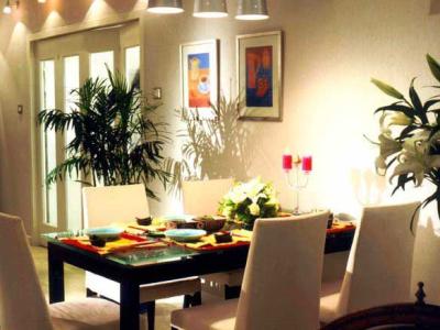 """在三盏漂亮的吊灯的""""暗示下"""",用餐区域从大厅中被区分出来"""