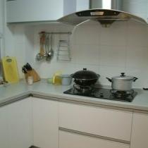 整体厨房。刚做好后悔了好一阵,觉得颜色太素。后来发现极为耐看,而且很有空间感。