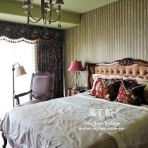 主卧,家具和墙纸都算灰色调,但由于对比反衬着,又点缀了红色床头灯,并不沉闷,典雅的黑色花纹窗帘勾勒着卧室的慵懒。拉上窗帘,在混沌中沉睡,新的一天,从不以日出而界定,拉开窗帘的那一刻,天亮了……