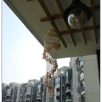 到客厅阳台上去下。三亚买回来的贝壳风铃