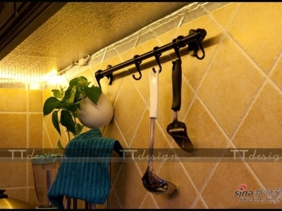 业主自己配置的厨房搁物架,可以把各种厨房用具都挂起来。