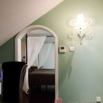 从书房看卧室,复式卧室实在楼上,所以层高比较低。