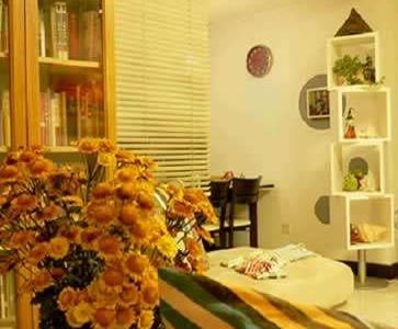 我家的客厅一角,是晚上拍的,没用三角架,有些模糊,怎么说我们喜欢简约的风格