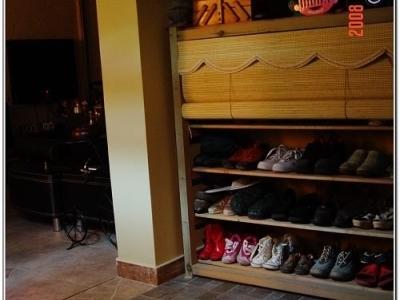 确切说是鞋架子,里面的鞋都是运动的,不怎么高级,各位就忽略吧~推荐这款鞋柜哦,超级透气捏~~~哈哈