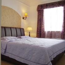 走进主卧室,温馨淡雅的紫色床品,能很好的营造出浪漫的气氛。