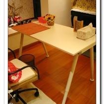 客厅沙发后面那个宜家小书桌。那个椅子,包括椅子下面那个保护垫,包括桌子上那个餐垫都是宜家的......羞愧ing