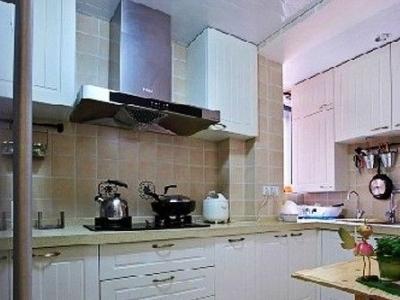 来到厨房,厨房里有一个小小的餐桌吧台