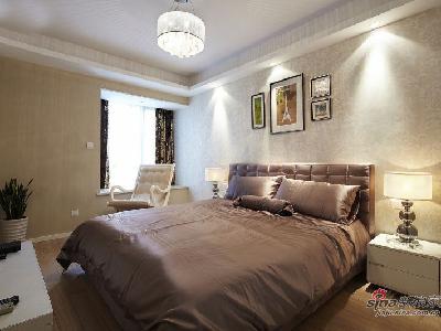 上主人卧室了,大大的双人皮床,还有靠着床的摇椅。